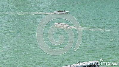 Wodny transport, motorboats żegluje, łódkowaty rejs, ciekawi objeżdża zbiory