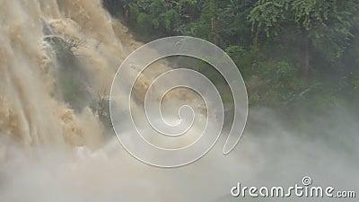 Wodospad w głębokim lesie o silnych prądach w Wodospadzie Wachirathan w Parku Narodowym Doi Inthanon, Chiang Mai zdjęcie wideo