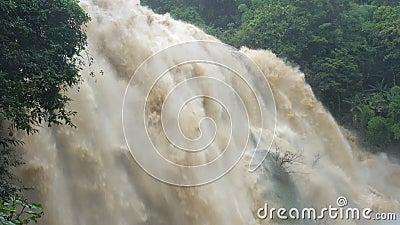 Wodospad w głębokim lesie o silnych prądach w Wodospadzie Wachirathan w Parku Narodowym Doi Inthanon, Chiang Mai zbiory