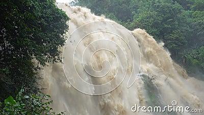 Wodospad w głębokim lesie o silnych prądach w Wodospadzie Wachirathan w Parku Narodowym Doi Inthanon, Chiang Mai zbiory wideo
