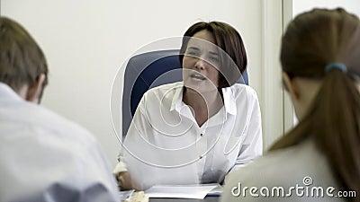 Woedende werkgever die jonge gefrustreerde internen berispen Ondoeltreffende beklemtoonde beambten die negatieve emoties, het zit stock videobeelden