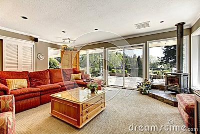Wohnzimmer innenwth rotes sofa und ofen lizenzfreies for Wohnzimmer junggeselle