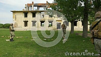 Wojsko interwenci oddziały wojskowi które wyznaczali patrolować obszar wiejskiego z budynkami pustoszyli konfliktem zbiory wideo