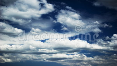 Wolken auf blauem Himmel stock video footage