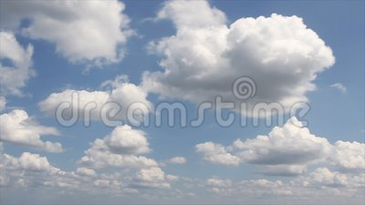 Wolken bewegen sich in blauem Himmel stock video footage