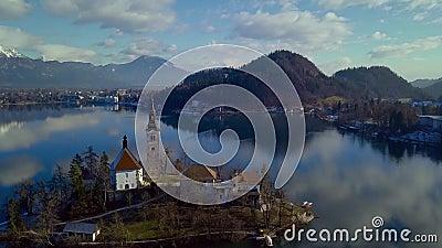 Wolken nachgedacht über das Wasser Mountainsee im Dezember geblutet stock video