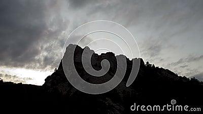 Wolkendurchlauf über dem Mount Rushmore stock footage