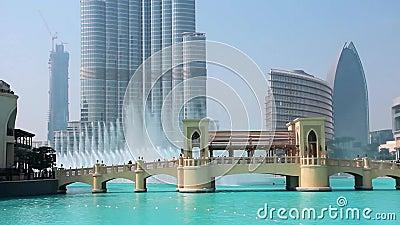 Wolkenkrabber Burj Khalifa en zingende fonteinen in Doubai, Verenigde Arabische Emiraten stock videobeelden
