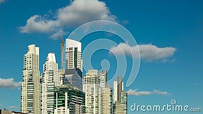 Wolkenkratzer in Puerto Madero, bedeutender touristischer Bestimmungsort von Buenos Aires, Argentinien stock video footage