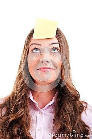 Woma joven con la nota pegajosa amarilla