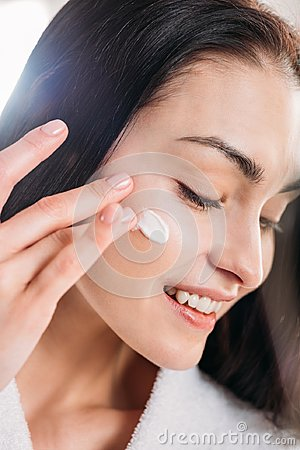 Free Woman Applying Face Cream Royalty Free Stock Photography - 109812797