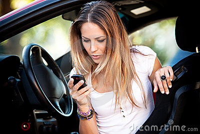 woman in car dial cell phone