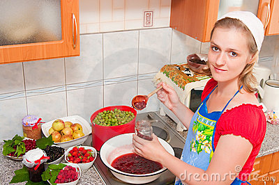 The woman cooks jam
