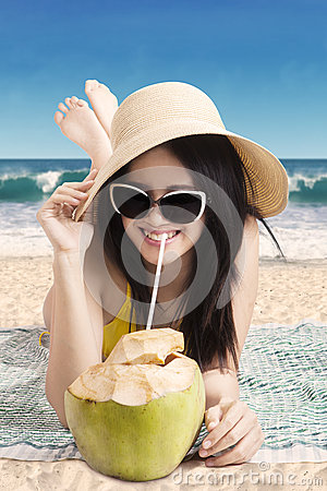 Free Woman Drink Coconut Cocktail At Coast Stock Images - 53644954