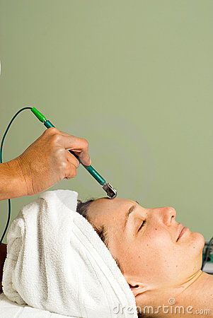 Free Woman Getting A Facial. Vertical Royalty Free Stock Image - 5509746