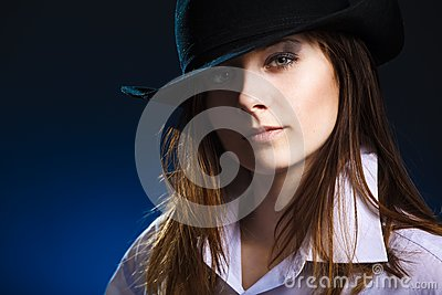 Woman with hat and black eyeshadow
