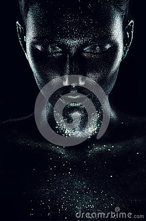 Free Woman In Black Paint With Sparkles In Dark Royalty Free Stock Photography - 48094967