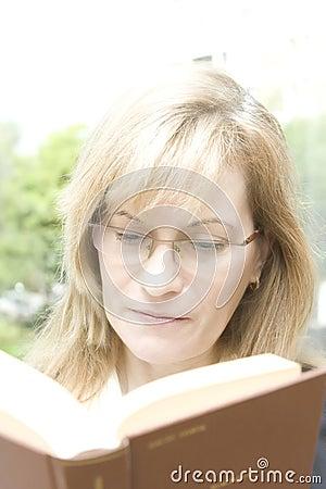 Free Woman Reading Royalty Free Stock Photos - 5451688