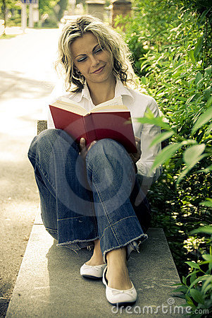 Free Woman Reading Book Stock Photos - 9486893