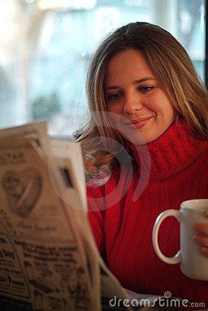 Free Woman Reading Newspaper Royalty Free Stock Photo - 617085
