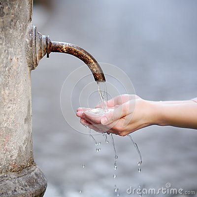 Free Woman Washing Hands In A City Fountain In Rome, Italy Royalty Free Stock Photo - 110249455
