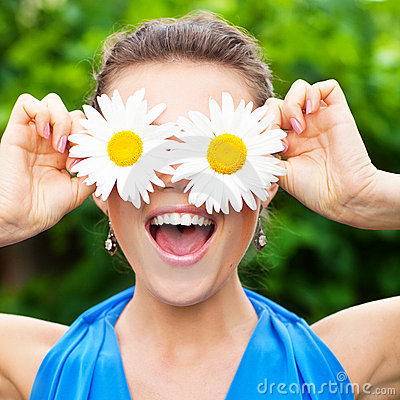 Free Woman With Chamomile Royalty Free Stock Photos - 15524628
