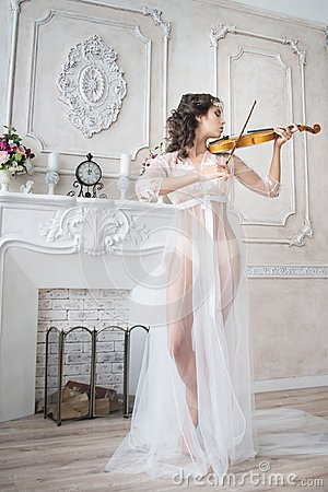 Free Woman With Violin In White Peignoir. Boudoir. Seductive Royalty Free Stock Images - 107325469
