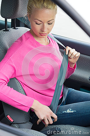 Free Women Driver Fastening Her Seat Belt Royalty Free Stock Photography - 43883847