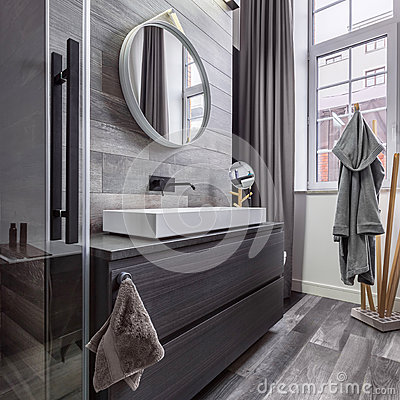 Free Wooden Bathroom With Round Mirror Royalty Free Stock Images - 84605489
