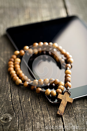 Free Wooden Rosary Beads With Computer Tablet Royalty Free Stock Photography - 62356877