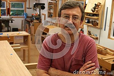 Woodworker em sua loja
