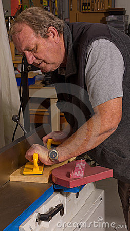 Woodworker using a jointing machine