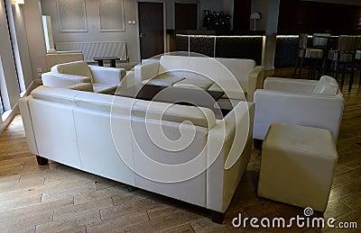 Woonkamer met sofa 39 s en stoelen stock foto afbeelding 41864266 - Moderne betegelde vloer ...