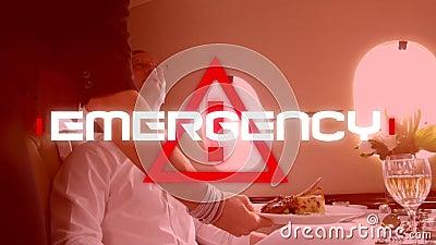 Word Emergency escrito en un signo de peligro sobre un pasajero del avión comiendo una tarta en el fondo almacen de metraje de vídeo