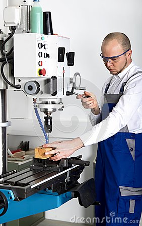 Free Worker At Milling Machine Royalty Free Stock Photography - 28707407