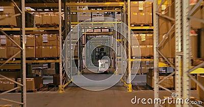 Workflow i ett lager, aktivt arbete i ett lager, gaffeltruckar i ett lager stock video
