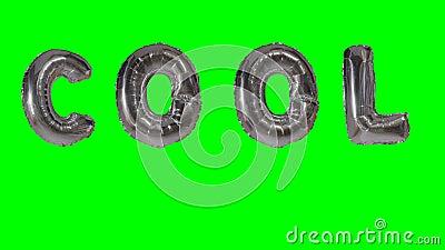 Wort kühl von den silbernen Ballonbuchstaben des Heliums, die auf grünen Schirm schwimmen - stock video footage