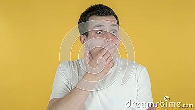 Wow, hombre joven sorprendente feliz sorprendido por el regalo aislado en fondo amarillo metrajes