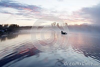 Wschód słońca mgły łódź