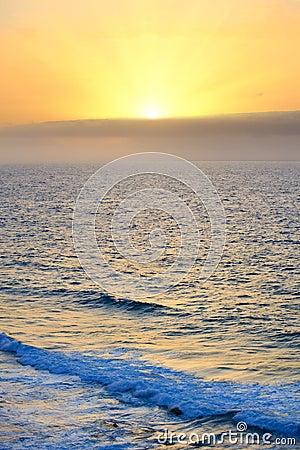 Wschód słońca nad Atlantyckim oceanem
