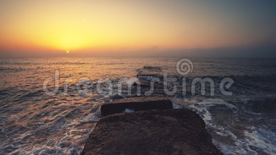 Wschód słońca nad morzem i plażą Fale oceaniczne tańczą, gdy słońce wschodzi na horyzont zbiory