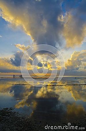 Wschód słońca z dramatycznym niebem i łodziami
