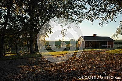Wschód słońca z gospodarstw rolnych
