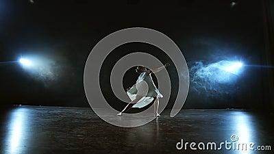 Współczesna choreografia balerina tańcząca na scenie w centrum uwagi w zwolnionym tempie Pokaz muzyczny taneczny Scena dramatyczn zbiory wideo