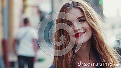 Wspaniała młoda kobieta z pięknymi niebieskimi oczami i złoty długie włosy, z jaskrawą czerwoną pomadką Atrakcyjna młoda dama jes zbiory
