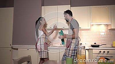 Wspaniała para jest tancząca w tym samym czasie i pracująca Dziewczyna daje facetów szkłom Suszy one up Także są zbiory
