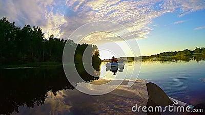 Wspaniały zmierzch na pokojowej rzece, turyści w łodzi, natura zbiory