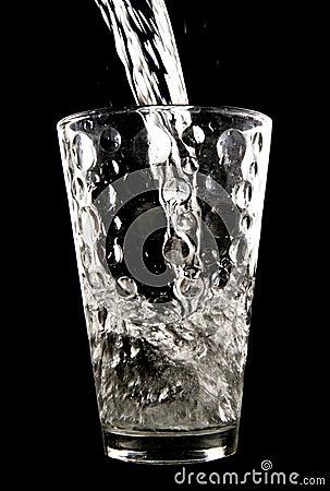 Wässern Sie gegossen werden in Glas