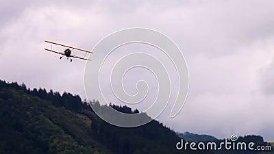 WWII双翼飞机在天空中 股票视频