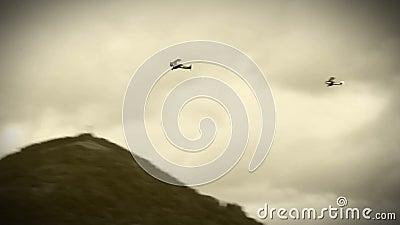 WWII双翼飞机在天空中 股票录像